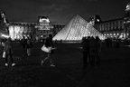 Paris -  Pyramide la nuit - NB